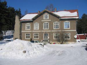 1200px-Sagatun_folkehøyskole-Hamar